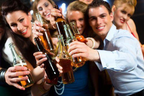 Freunde, die Alkohol trinken können Probleme wie Alkoholsucht verursachen