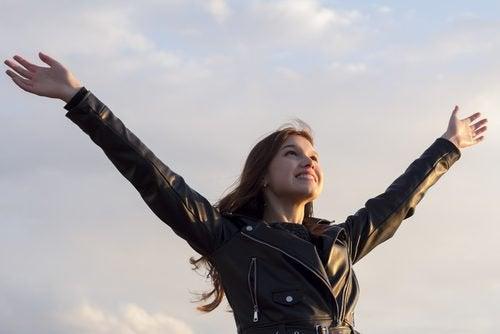 Glückliche Frau übt Resilienz im Alltag