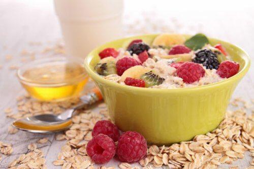 Frühstück zum Abnehmen mit Haferflocken und Himbeeren
