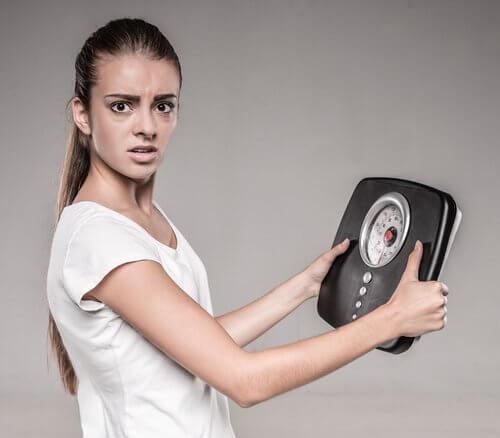 hoher Blutzucker: Frau nimmt in kurzer Zeit ab und überprüft ihr Gewicht mit der Waage