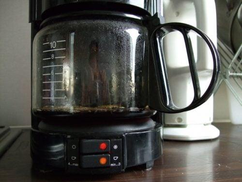 kaffeemaschine täglich reinigen, jedoch niemals mit Essig reinigen