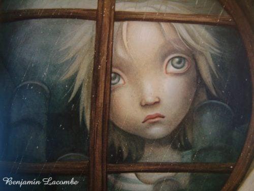 das verletzte Kind schaut aus dem Fenster