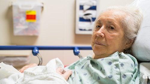 bettlägerige Patientin benötigt Dekubitusprophylaxe
