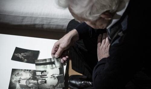 ältere Frau schaut Fotos an