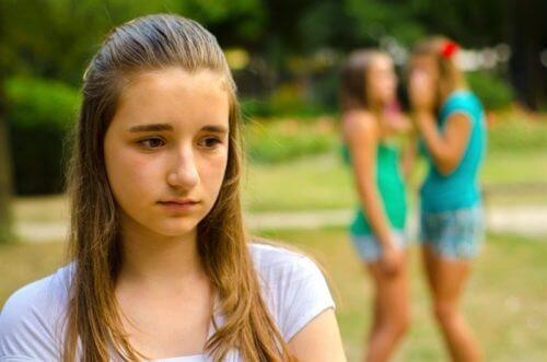Mädchen leidet an psychologischem Missbrauch