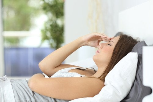 müde Frau leidet an Brustkrebs