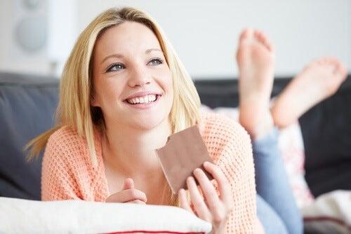 Warum Magnesium? Frau isst Schokolade für ihre Knochengesundheit