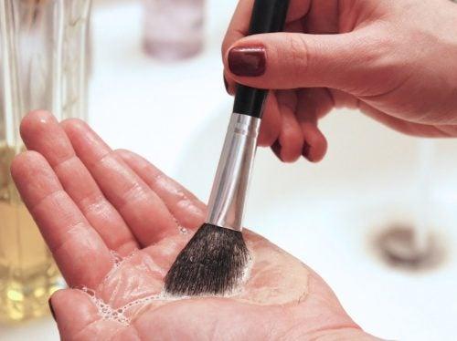 schminkpinsel täglich reinigen