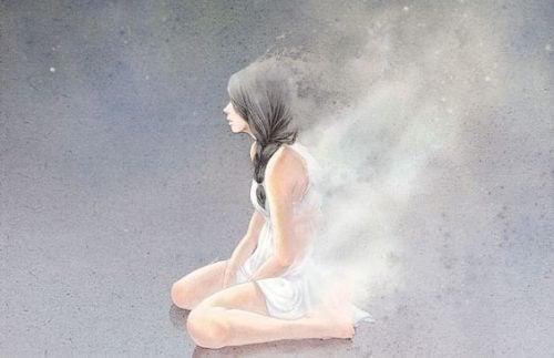 Toxische Beziehung: Frau kniet auf dem Boden und leidet
