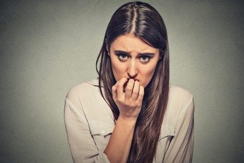 nervöse Unruhe: Frau leidet und macht sich sorgen