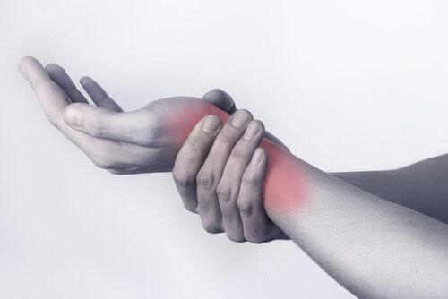 Gründe für Gelenkschmerzen: wiederholte Bewegungen mit den Händen