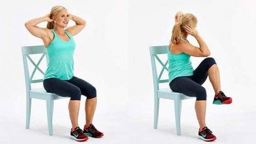 Übungen mit Stuhl für einen flachen Bauch:seitlicher Knie-Crunch