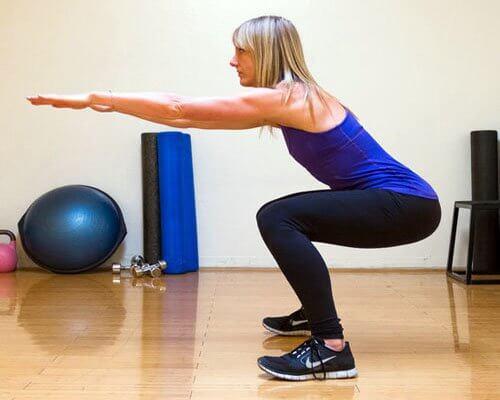 Frau macht Training für einen straffen Po