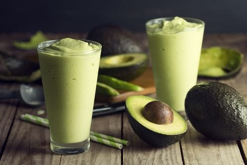 Zwei Gläser gefüllt mit einem Shake zum Abnehmen mit grünem Tee und Avocado.