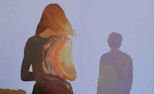 Die Schatten von Mann und Frau auf Distanz brauchen Taten statt Worte.