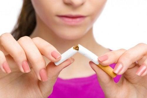 Eine Frau zerbricht eine Zigarette. Das kann einem Schlaganfall vorbeugen.