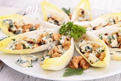 Endivie, Roquefort und Nüsse - Ein Salat für jeden Wochentag