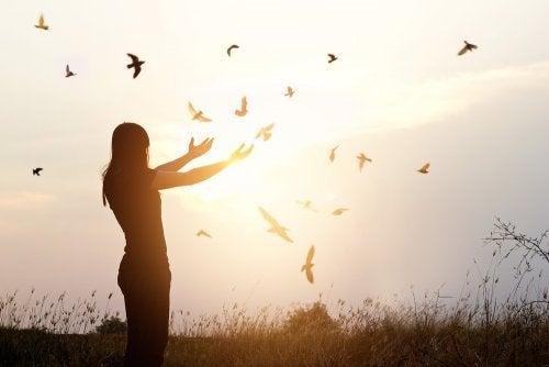 Frau in der Natur hat keine Angst allein zu sein