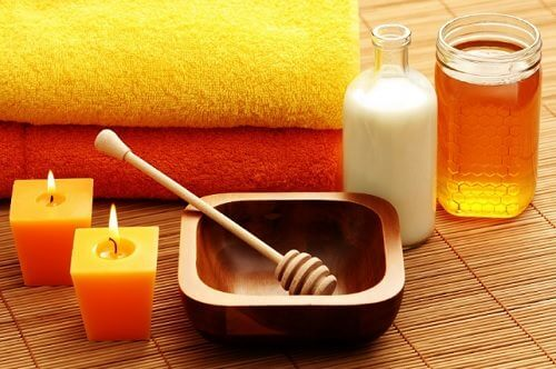 Gesichtsmasken gehören zu den entspannenden Verwendungsmöglichkeiten von Honig.