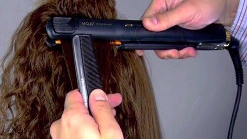 Das Haar vor Glättungsschäden schützen: 3 Tipps