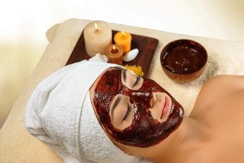 Eine Frau genießt die Verwendungsmöglichkeiten von Honig in Form einer reinigenden Gesichtsmaske.