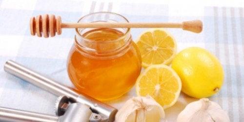 Reinigung der Haut mit Mandeln und Honig
