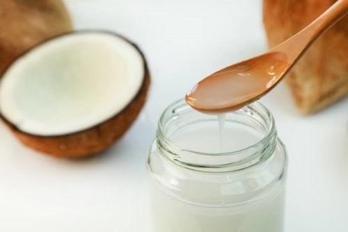 Flüssiges Kokosöl als Bestandteil eines Peelings gegen Hornhaut an den Füßen.