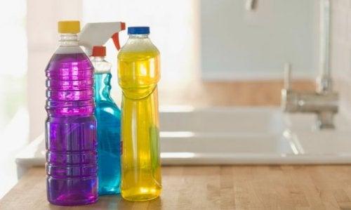 Die Aufbewahrung bei hohen Temperaturen führt auch dazu, dass man Plastikflaschen nicht wiederverwenden sollte.