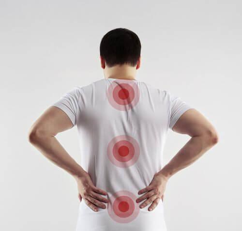 Ein Mann in einem weißen Tshirt hat wichtige Stellen der Wirbelsäule markiert zur Wiederherstellung des Rückenmarks.