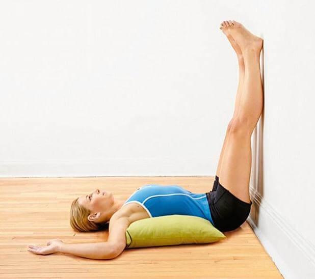 Dehnungsübungen gegen Schmerzen in den Beinen: Beine an die Wand