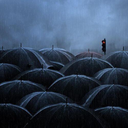 Viele schwarze Regenschirme an einem regnerischen Tag in Stille.