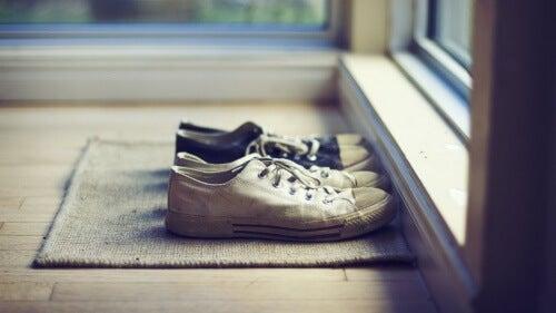 Die Schuhe vor der Tür verhindern Schweißfüße.