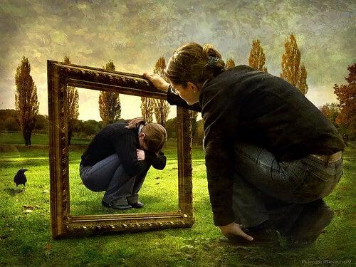 Eine Frau beobachtet liebevoll ihr trauriges Selbst in einem Bilderrahmen. Das ist innerer Frieden.