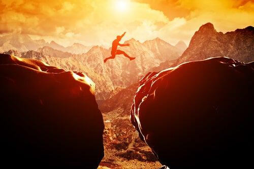 Mann springt im Gebirge und weiß was tun bei Angst
