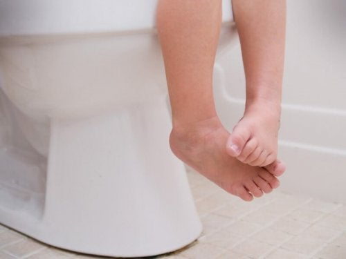Kind auf der Toilette benötigt Behandlung von Darmparasiten