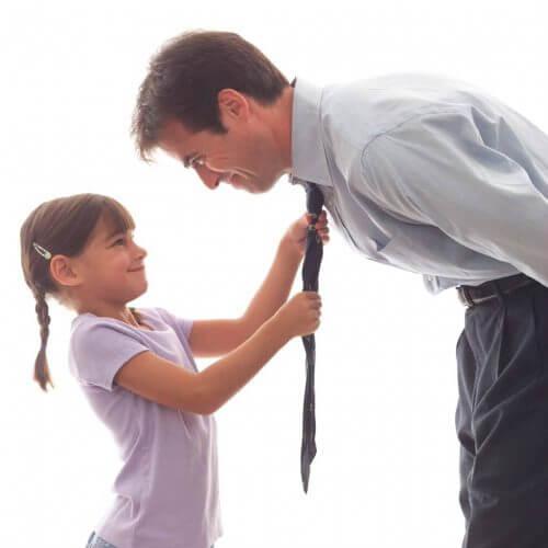 Vater und Tochter helfen sich