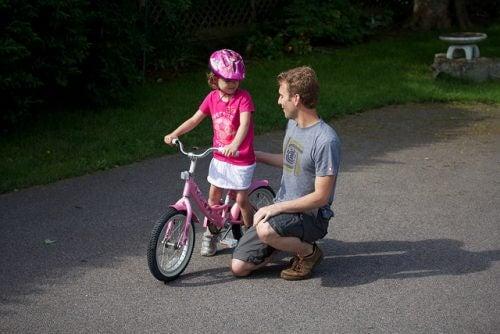Vater und Tochter mit Fahrrad