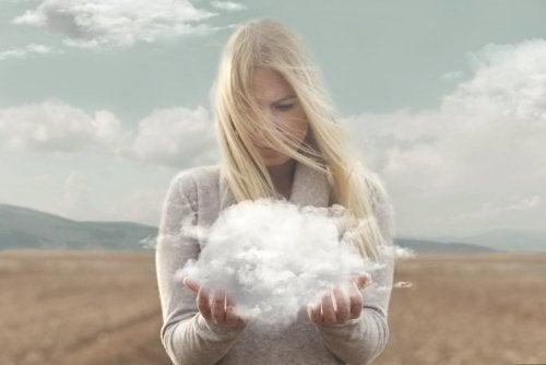 Frau mit Wolke denkt an Menschen mit starker Persönlichkeit