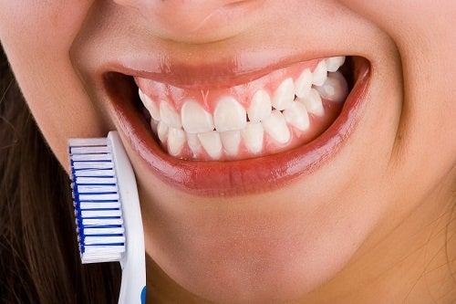 Frau setzt Tipps gegen Mundgeruch in die Praxis um