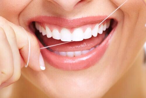 Tipps gegen Mundgeruch:  Zahnseide