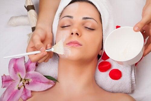 Behandlungen mit Eiklar für schöne Haut