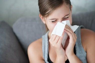 Frau leidet an Erkältung da sie sich mit nassen Haaren ins Bett gelet hat