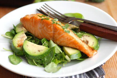 Salat und Fisch als Abendessen zum Abnehmen