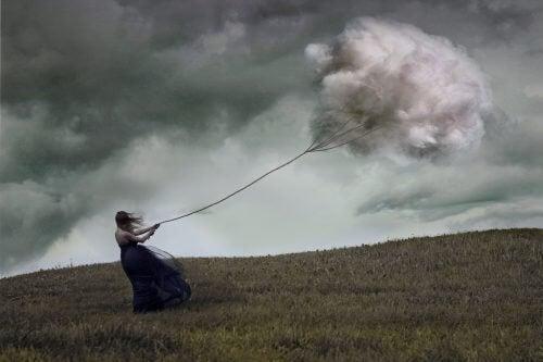 Frau zieht an einer Wolke und erleidet schwere Depression