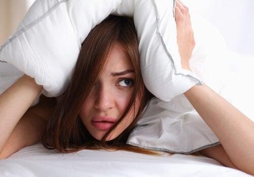 Mit nassen Haaren ins Bett gehen kann zu Kopfschmerzen führen