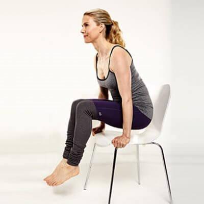 Übungen mit Stuhl für einen flachen Bauch: Heben des Körpers
