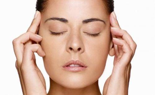 Massage der Schläfen hilft gegen Müdigkeit der Augen.