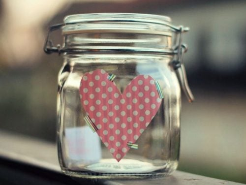 Glücksdose mit positiven Nachrichten und Herz