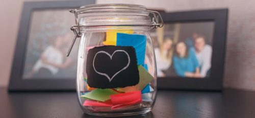 Die Glücksdose mit positiven Nachrichten fördert die emotionale Intelligenz