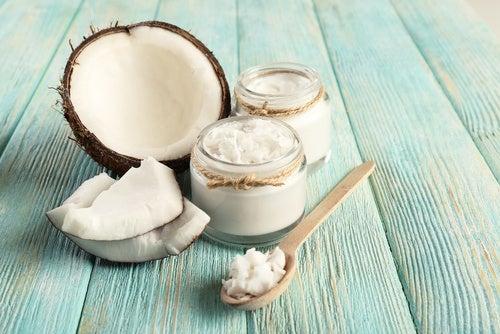 Kokosöl und Meersalz kombiniert sind ein tolles Peeling gegen Hornhaut an den Füßen.